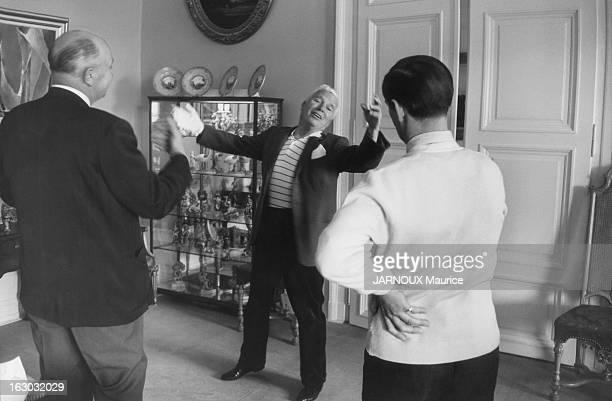 A Sixth Child For Oona And Charlie Chaplin Dans le salon de son manoir du Ban à Vevey Charlie CHAPLIN mime les gestes d'un chef d'orchestre pour...
