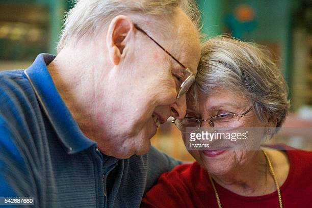 ensemble de soixante ans et toujours en amoureux! - amour noir et blanc photos et images de collection
