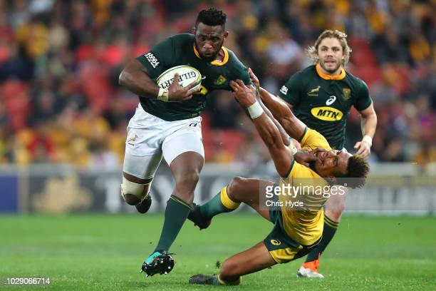 Siya Kolisi of the Springboks breaks through a tackle by Will Genia of the Wallabies during The Rugby Championship match between the Australian...