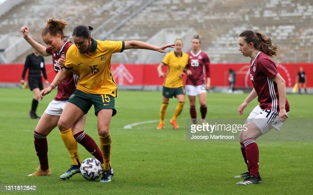 Sjoeke Nusken of Germany and Emily Gielnik of Australia battle for the ball during the Women's International Friendly match between Germany and...