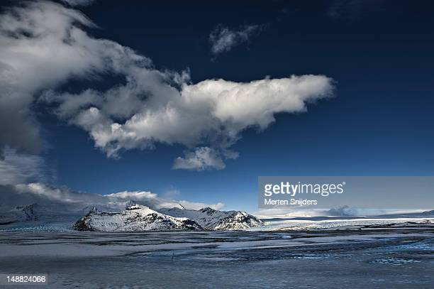 skaftafell national park with overhanging clouds. - merten snijders stockfoto's en -beelden