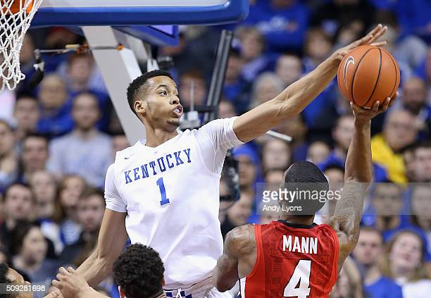Skal Labissiere of the Kentucky Wildcats defends the shot of Charles Mann of the Georgia Bulldogs at Rupp Arena on February 9 2016 in Lexington...