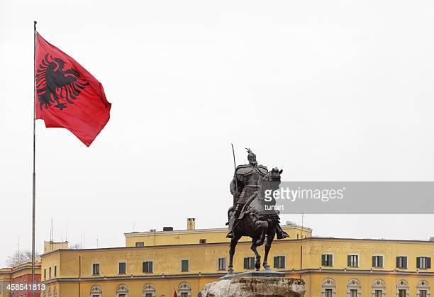 statua di skanderbeg - bandiera albanese foto e immagini stock
