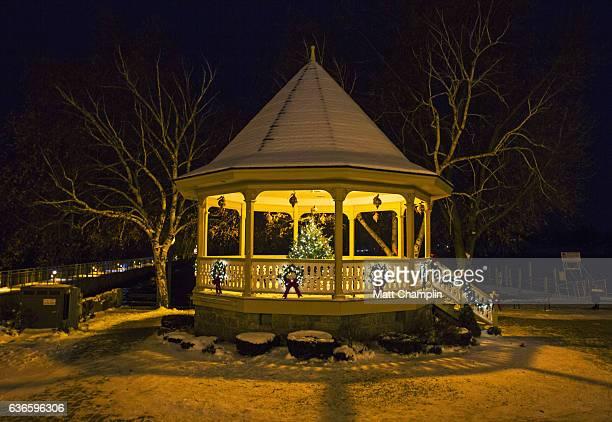 skaneateles village gazebo decorated for christmas - スカネアトレス湖 ストックフォトと画像