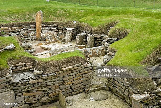 skara brae, a 5000 year old neolithic settlement on orkney mainland, orkney islands, scotland, uk - prehistoric era stock pictures, royalty-free photos & images