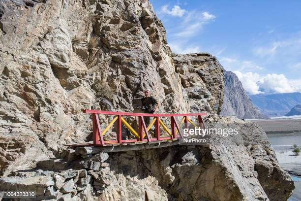Skardu Pakistan 29 September 2018 A trekker is hiking on the heights of the city of Skardu Skardu Pakistan 29 septembre 2018 Un trekkers fait une...