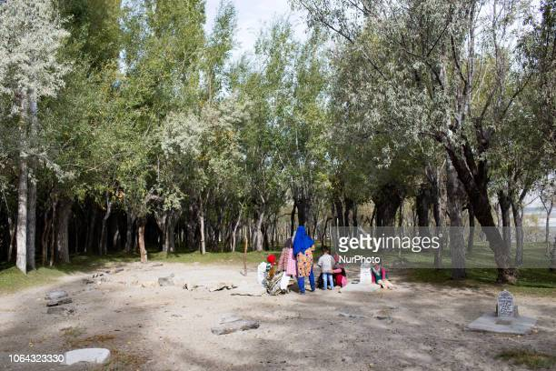 Skardu, Pakistan, 29 September 2018. Women pray at the grave of a loved one in the village of Organic village. Skardu, Pakistan, 29 septembre 2018....