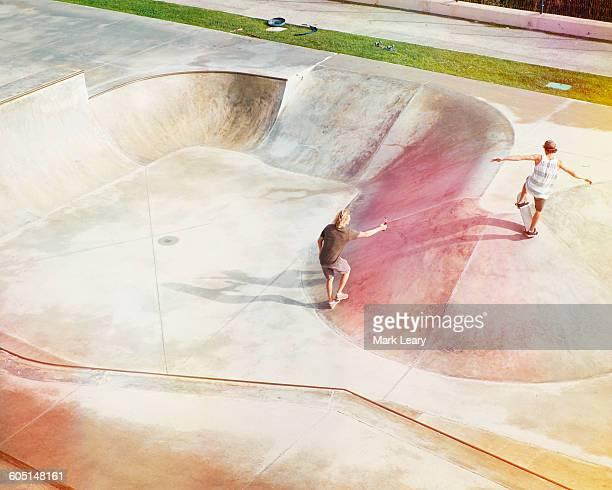 skate bowl no. 2 - eislauf oder rollschuhlauf stock-fotos und bilder