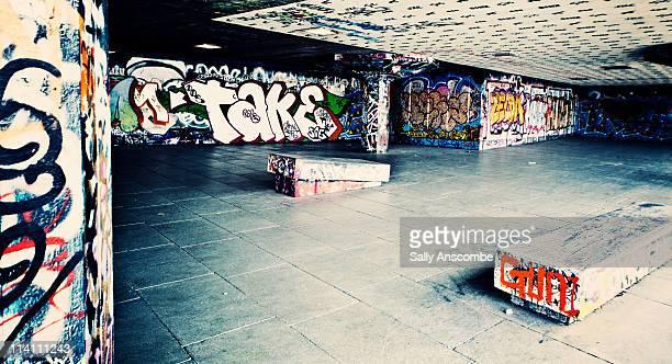 skate park with graffiti on the walls - skateboardpark stockfoto's en -beelden