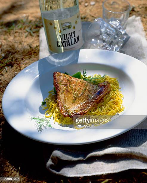 skate with lime dressing & noodles - dasiatide foto e immagini stock