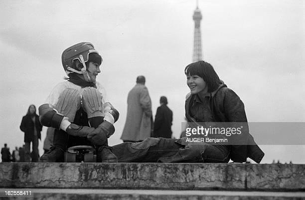 Skateboard Fans In Paris. Paris, décembre 1977 : les adeptes de la planche à roulettes place du Trocadéro; parmi eux, Julien et Emmanuel AUGER, les...