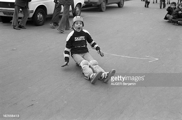 Skateboard Fans In Paris Paris décembre 1977 les adeptes de la planche à roulettes place du Trocadéro parmi eux Julien et Emmanuel AUGER les deux...