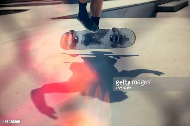 skateboarder doing an ollie - skateboardfahren stock-fotos und bilder
