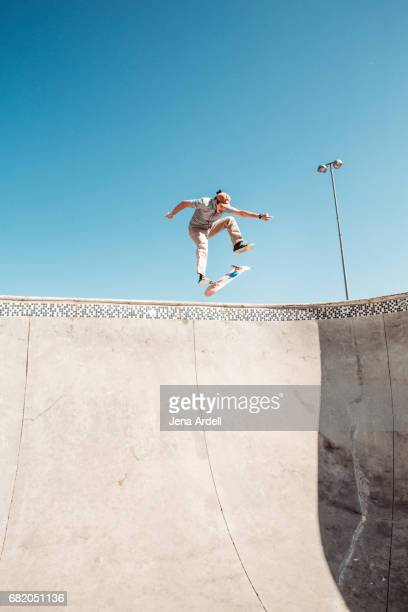 skateboarder in air - skateboardpark stockfoto's en -beelden