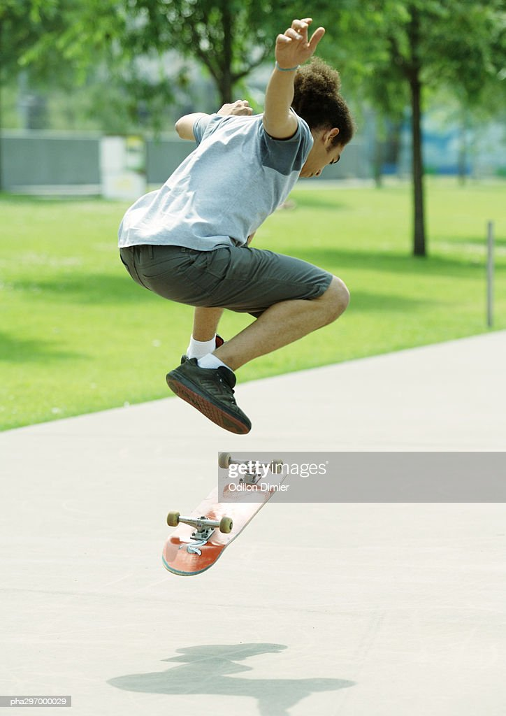 Skateboarder in mid-air : Stockfoto