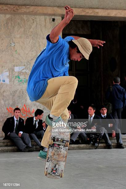 CONTENT] A skateboarder jumping below the Concepcions tribunal center while the kids are watching him