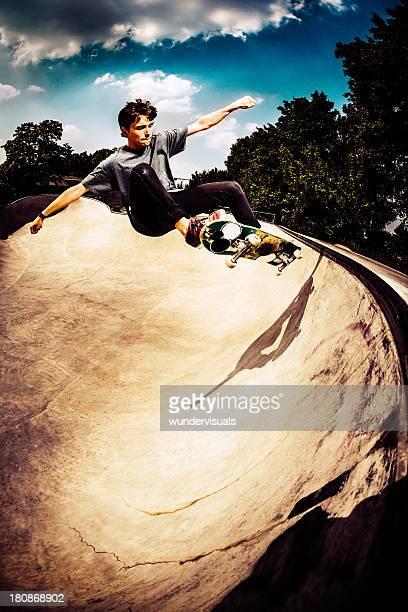 SKATEUR sautant de haut en skatepark