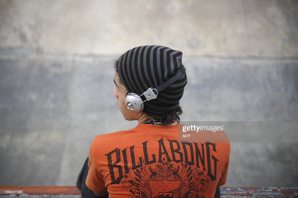 A skateboarder listens to music  at a pu : News Photo