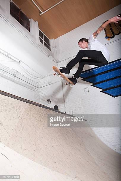 Skateboarder auf Rampe im skate-park