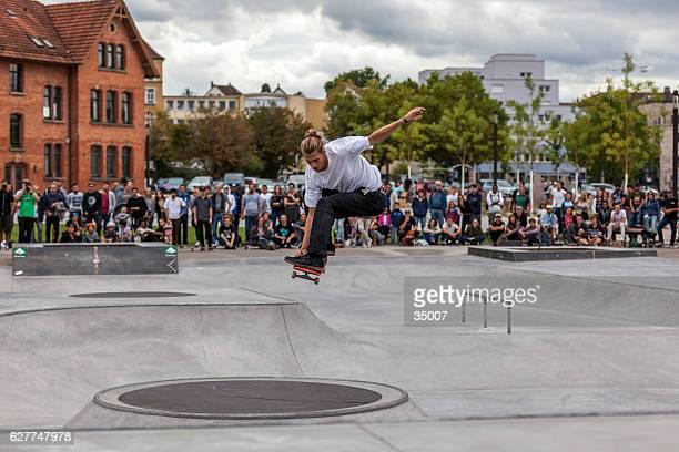 skateboarder out of the pool - skateboardpark stockfoto's en -beelden