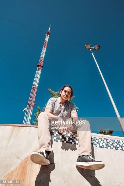 skateboarder portrait at skatepark - チノパンツ ストックフォトと画像