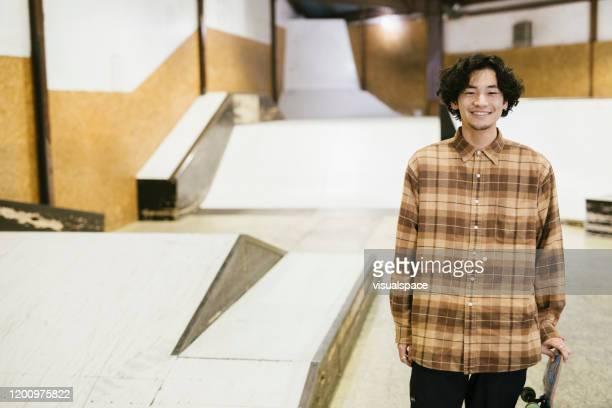 スケートボーダーポートレート - minimalist living in japan ストックフォトと画像