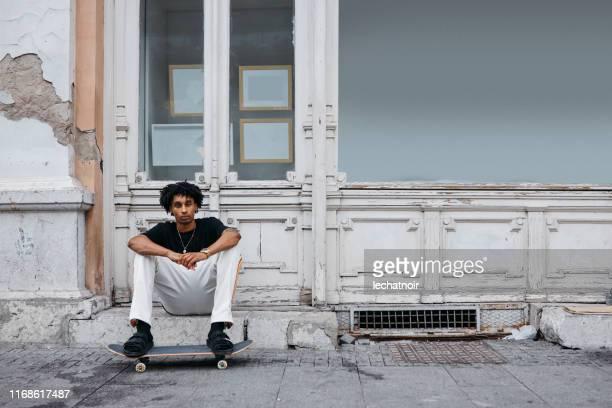 スケートボーダー青少年文化肖像画 - street style ストックフォトと画像
