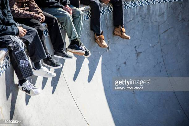 skateboarders feet at skatepark - männer über 30 stock-fotos und bilder