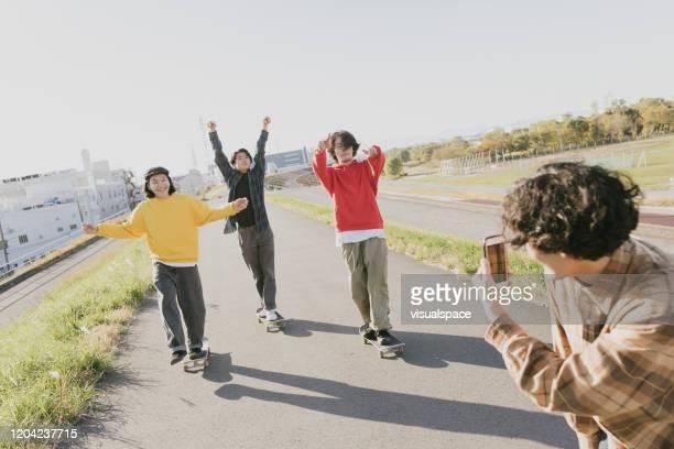 楽しんでスケートボーダー - 写真を撮る ストックフォトと画像