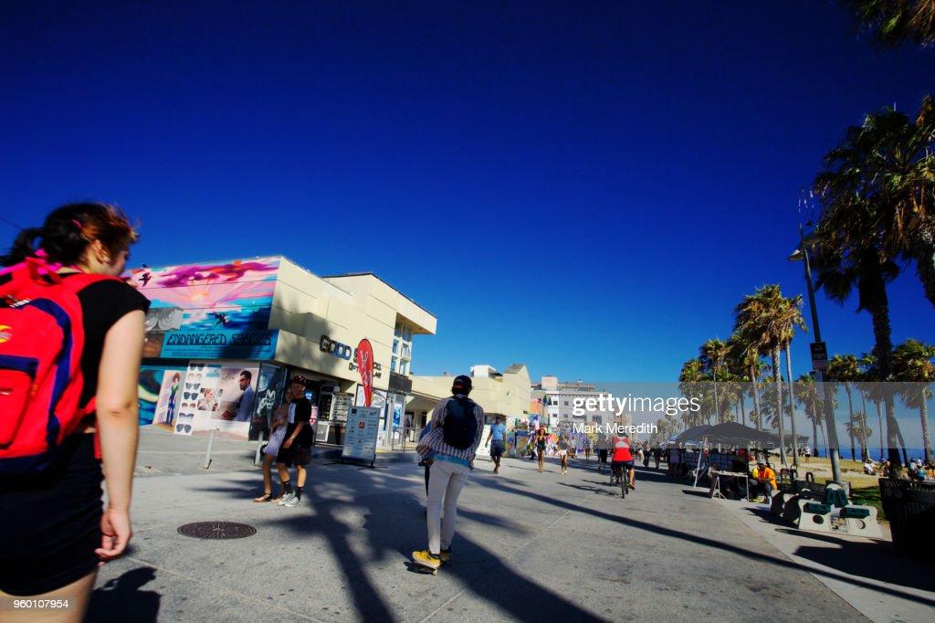 Skateboarding along the Venice pavements : Stock-Foto