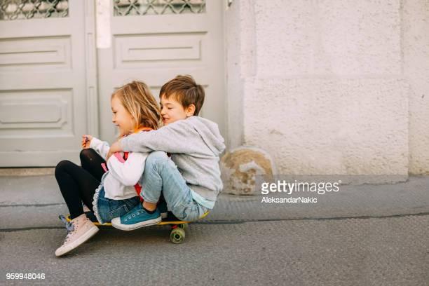 skate por las calles de la ciudad - niño fotografías e imágenes de stock