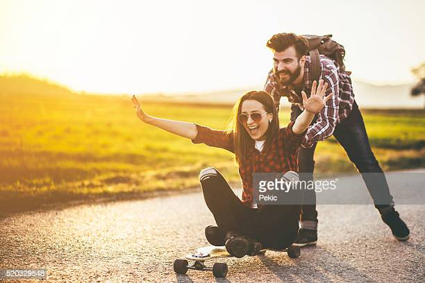 Skateboarding Freunde haben Spaß
