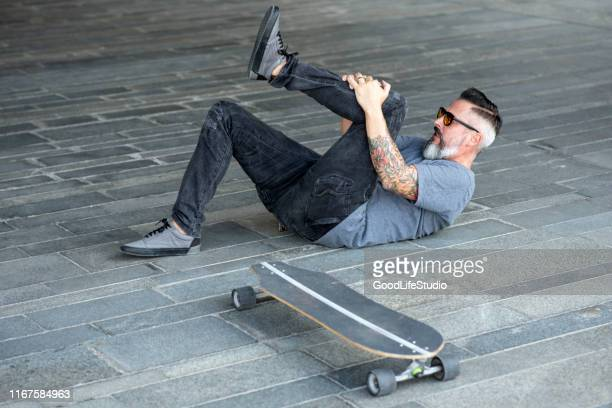 skateboarding injury - down on one knee stock pictures, royalty-free photos & images