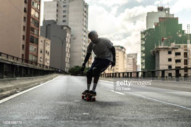 skate lifestyle do homem no minhocao, são paulo, brasil - sao paulo - fotografias e filmes do acervo