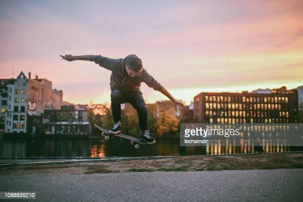 シュプレー川がベルリンのスケート ボードのトリック - skateboard ストックフォトと画像