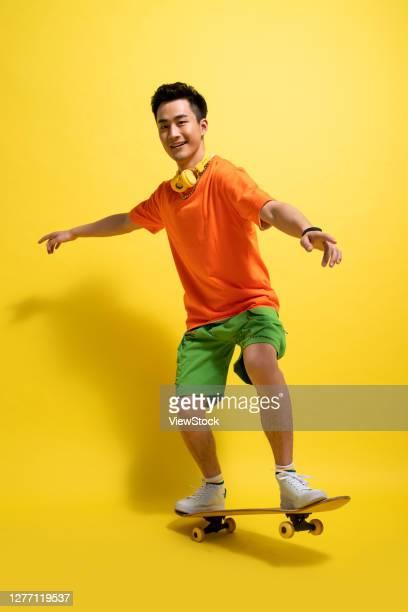 skateboarding young man - manga comprida imagens e fotografias de stock