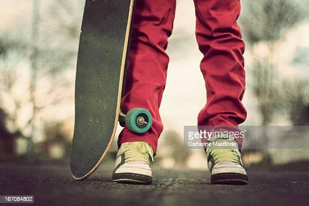 skatebording from the knees down - catherine macbride fotografías e imágenes de stock