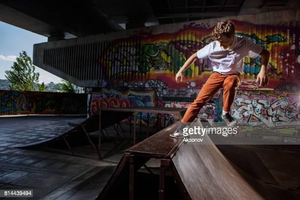 skatista pulando sobre seu skate em skatepark - esportes extremos - fotografias e filmes do acervo