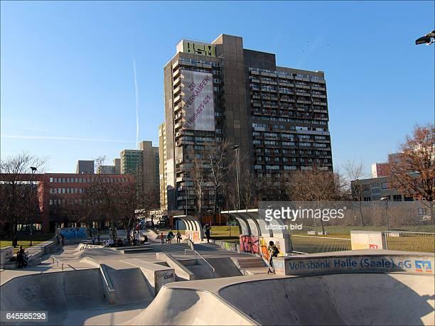 Skaterbahn und Hochhäuser im Zentrum von HalleNeustadtHalleNeustadt wurde 1964 als Chemiearbeiterstadt und erste komplett sozialistische Stadt der...