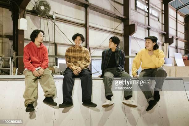 スケートパークでぶらぶらしているスケーター - 4人 ストックフォトと画像