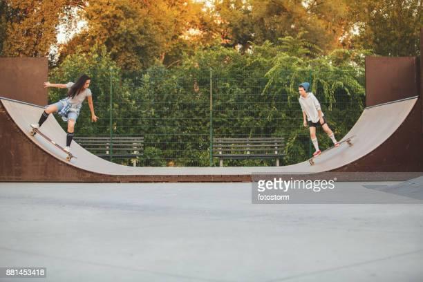 schaatsers in schaatsen kom - skateboardpark stockfoto's en -beelden