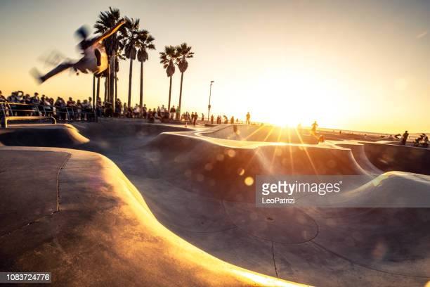 schaatsers in venice beach skatepark - los angeles - usa - skateboardpark stockfoto's en -beelden
