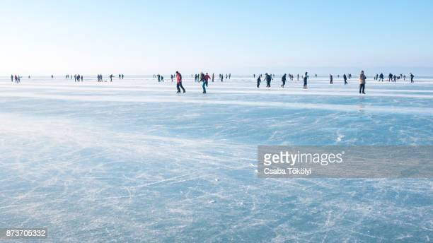skaters on lake balaton - patinar - fotografias e filmes do acervo