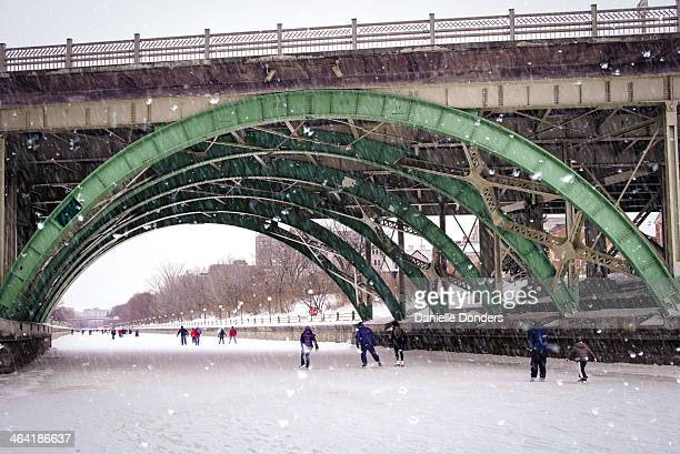 skaters on the rideau canal - リドー運河 ストックフォトと画像