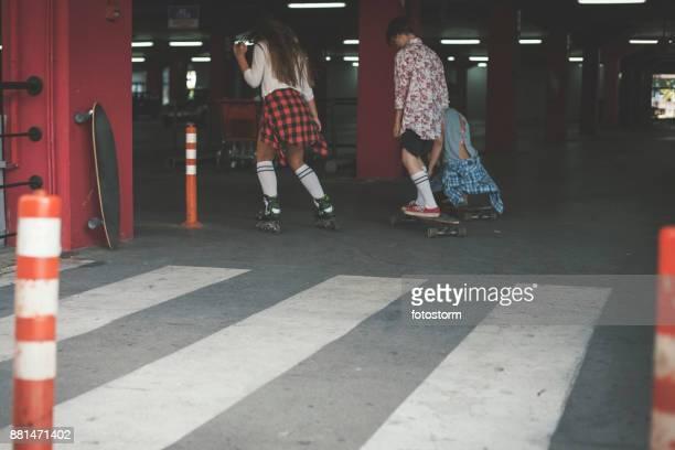 schaatsen in garage - zebrapad stockfoto's en -beelden