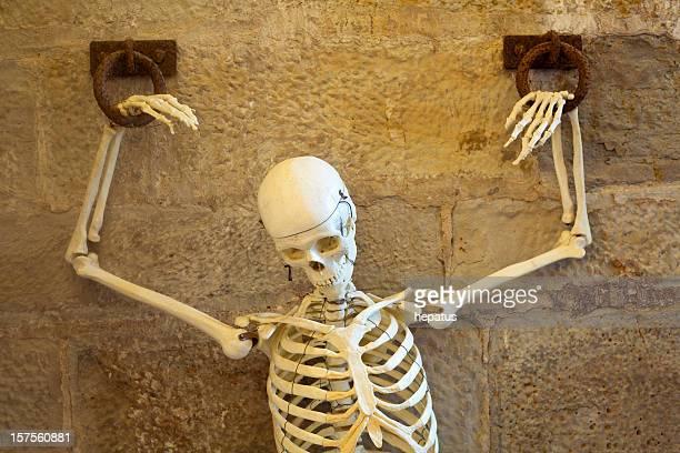 esqueleto de cadenas - esqueleto humano fotografías e imágenes de stock