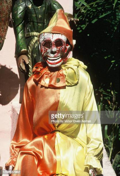 skeleton dressed as a pierrot outside a house in the street on the dia de muertos (day of the dead) national holiday in taxco - victor ovies fotografías e imágenes de stock