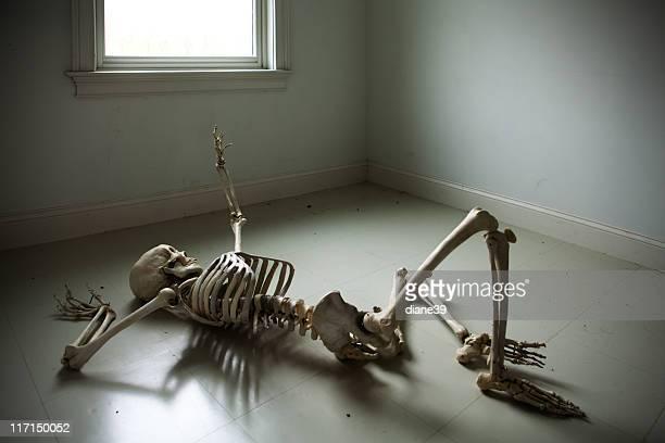 Squelette Allongé sur le sol à atteindre la fenêtre