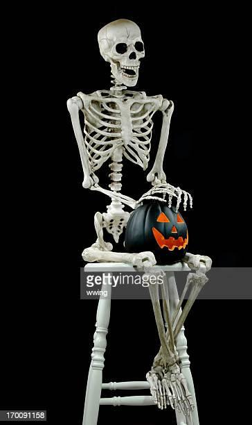 skelett auf schwarz mit jack-o-lantern - menschliches skelett stock-fotos und bilder