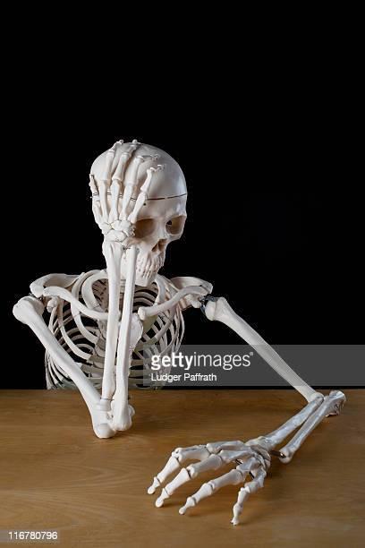 a skeleton with problems - esqueleto humano fotografías e imágenes de stock
